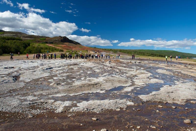 Touristes attendant l'éruption du geysir, Islande image libre de droits