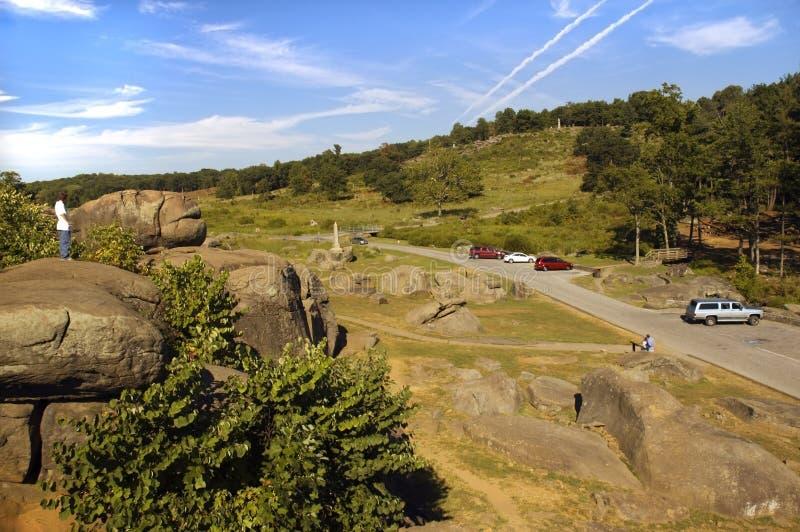 Touristes au champ de bataille Pennsylvanie de Gettysburg du repaire du diable image libre de droits