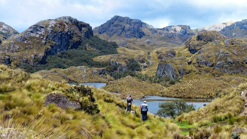 Touristes au lac Toreadora en parc national de Cajas, Equateur photo stock