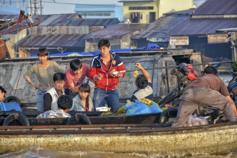 Touristes au marché de flottement, delta du Mékong, Can Tho, Vietnam photo stock