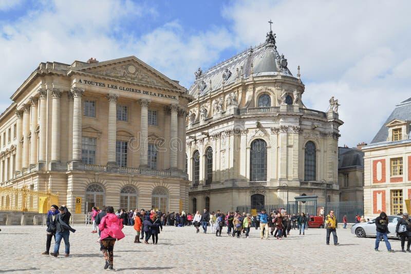 Touristes au palais de Versailles image stock