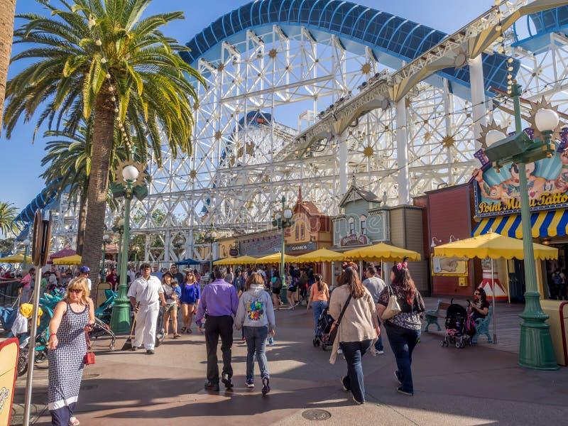 Touristes au pilier de paradis, parc d'aventure de Disney la Californie image libre de droits