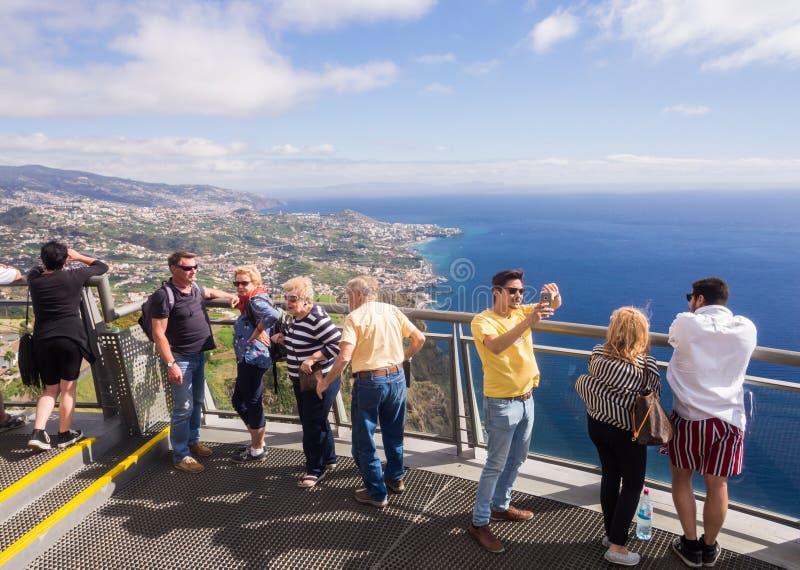 Touristes au point de vue de Cabo Girao Skywalk Funchal, la capitale de la Madère, Portugal, à l'arrière-plan images libres de droits