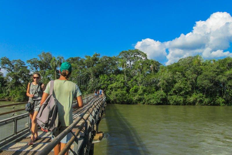 Touristes au point de vue de cascades d'Iguassu photo libre de droits