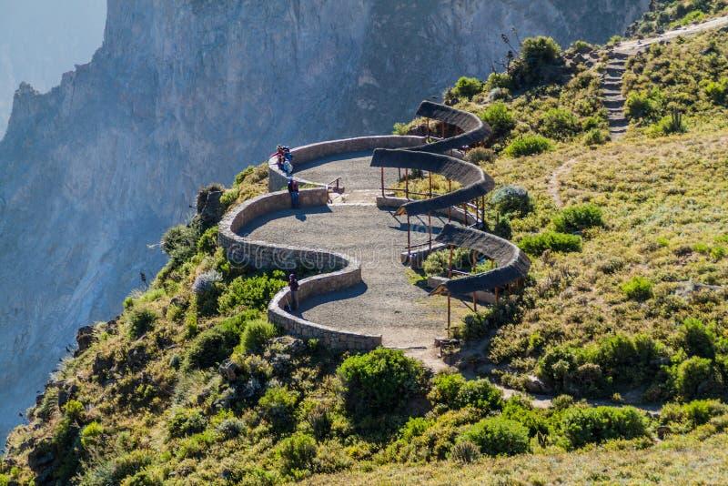 Touristes au point de vue de Cruz Del Condor, Pérou photos stock