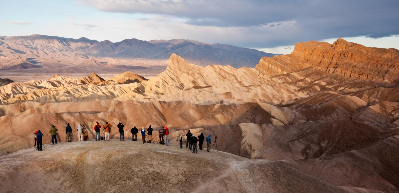 Touristes au point de Zabriskie dans Death Valley photographie stock libre de droits