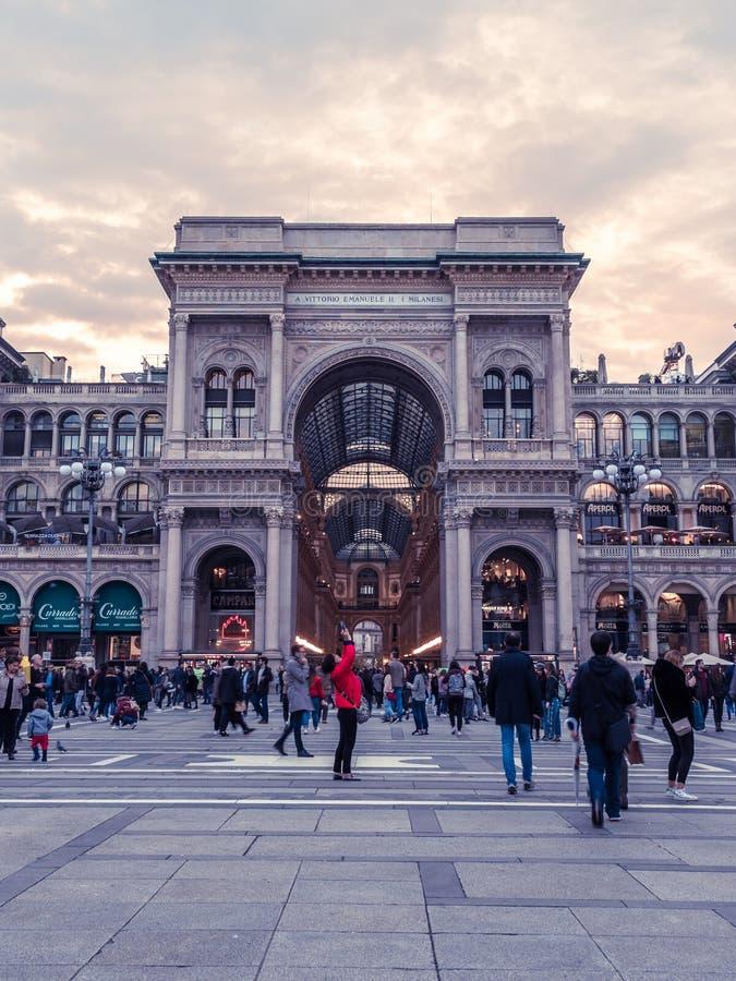 Touristes au puits Vittorio, Milan, Italie images libres de droits
