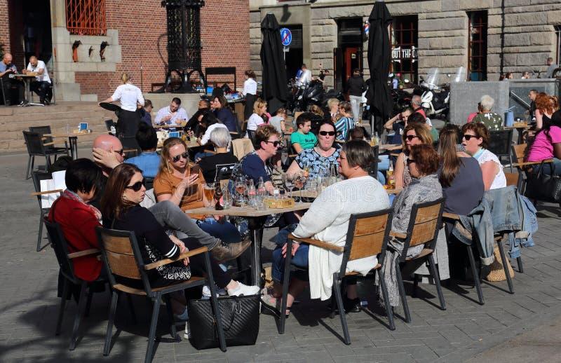 Touristes au restaurant à Amsterdam, Hollande photos stock