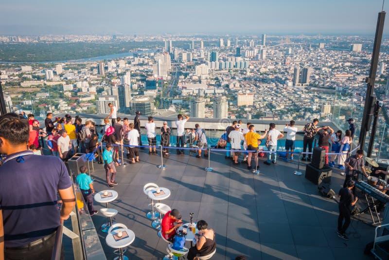 Touristes au Roi Power Mahanakorn Building au soixante-dix-huiti?me dessus de toit d'?tage ? Bangkok, Tha?lande photo libre de droits