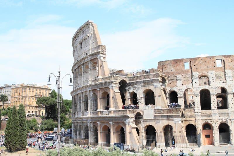 Touristes autour de Colosseum image libre de droits
