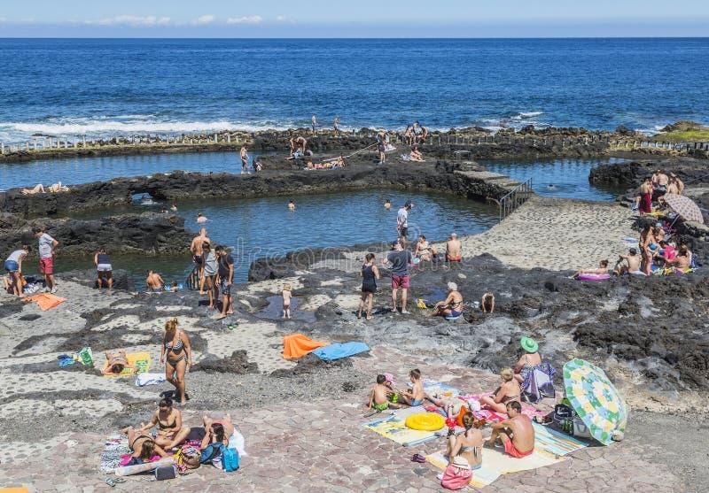 Touristes aux piscines de Puerto de las Nieves sur mamie Canaria images stock