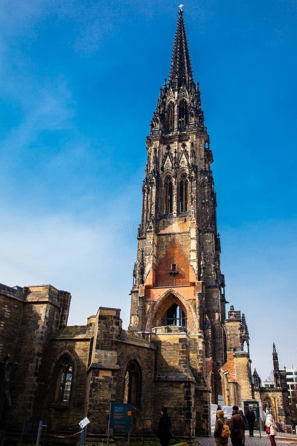 Touristes aux restes de l'église de Saint-Nicolas qui presque totalement a été détruite pendant le bombardement de Hambourg en mo photo libre de droits