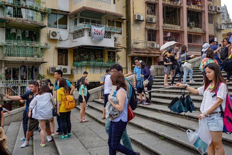 Touristes avec le bâton de selfie des étapes de Macao photo stock