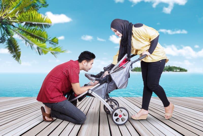 Touristes avec leur bébé sur la jetée photos stock