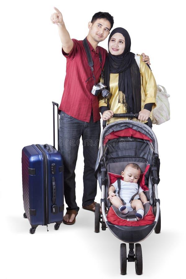 Touristes avec une poussette de bébé images libres de droits