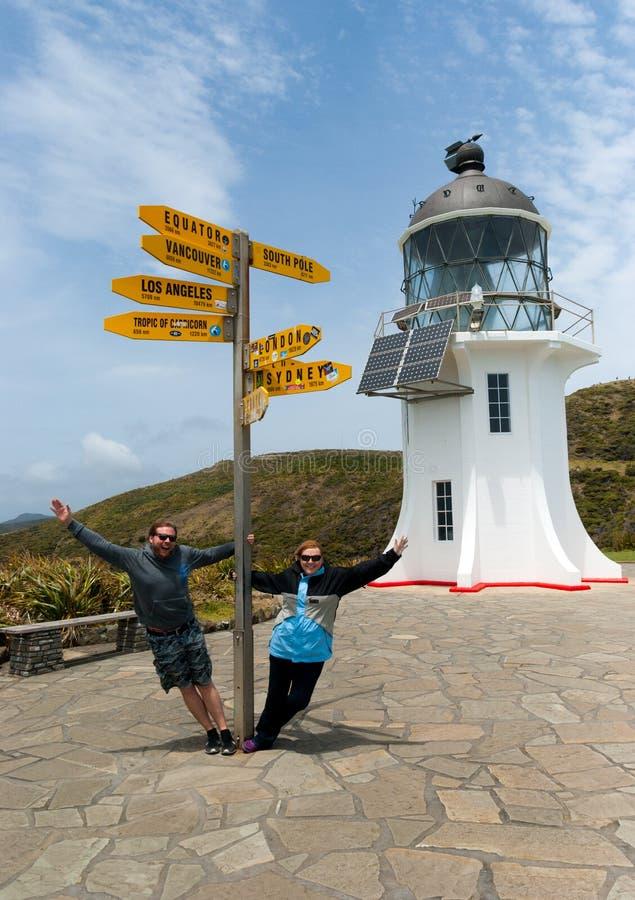 Touristes ayant l'amusement au phare de Reinga de cap au Nouvelle-Zélande image libre de droits