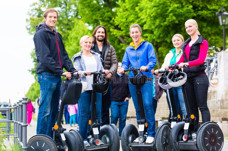Touristes ayant Segway visitant le pays photographie stock