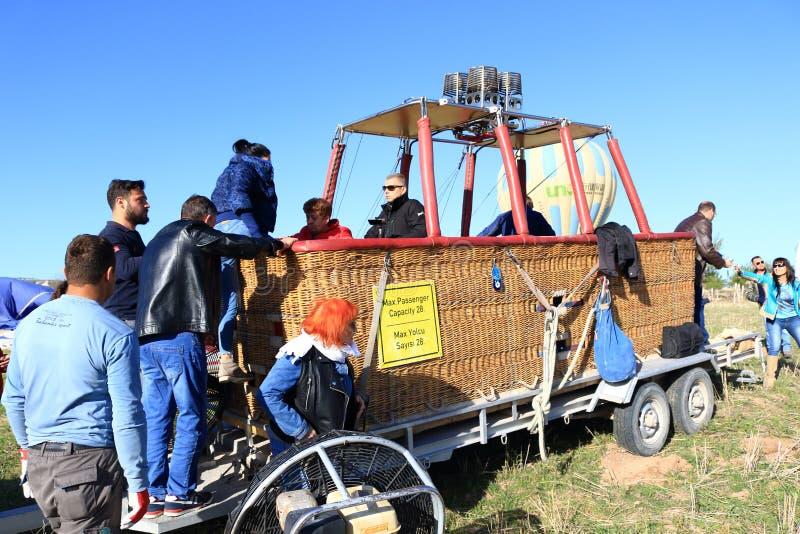 Touristes chauds Cappadocia Turquie de panier de ballon à air photos libres de droits