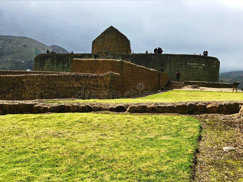 Touristes chez El Castillo les ruines d'Ingapirca, Equateur photo stock