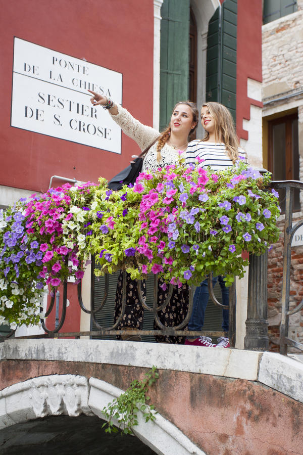 Touristes chez Ponte de la Chiesa, Venise, Italie image libre de droits