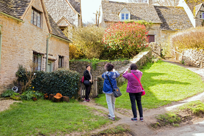 Touristes chinois, Bibury, Gloucestershire, Angleterre photos stock