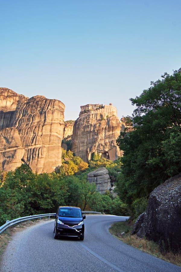 Touristes conduisant autour dans les rues de Meteora images stock