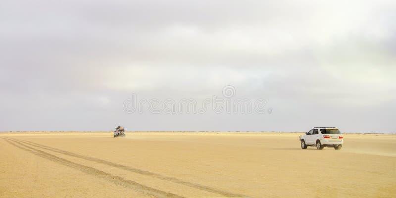 Touristes conduisant par le désert photo libre de droits