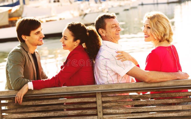 Download Touristes Détendant Sur Le Bord De Mer Image stock - Image du joyfulness, normal: 76083833