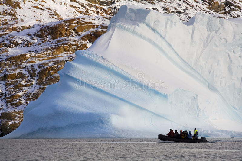 Touristes d'aventure - iceberg - le Groenland images stock