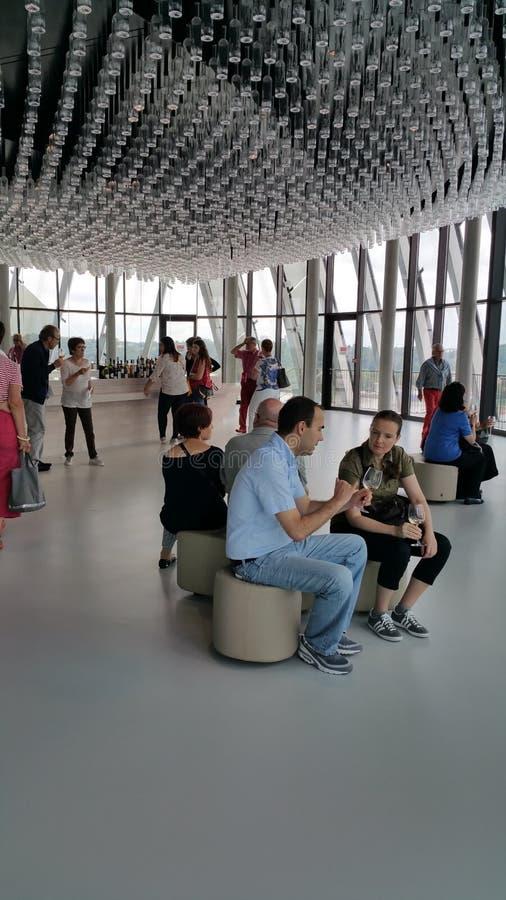 Touristes dans la barre d'échantillon de musée de vins du monde de Bordeaux photographie stock