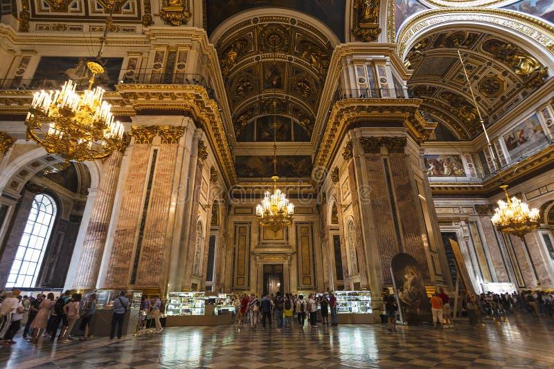 Touristes dans la cathédrale de St Isaac à St Petersburg, photographie stock libre de droits