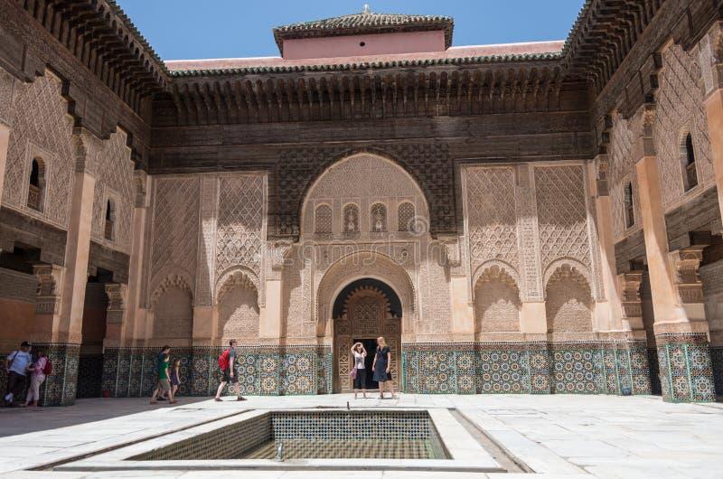 Touristes dans la cour intérieure de Medersa de Ben Youssef, Marrakech images stock