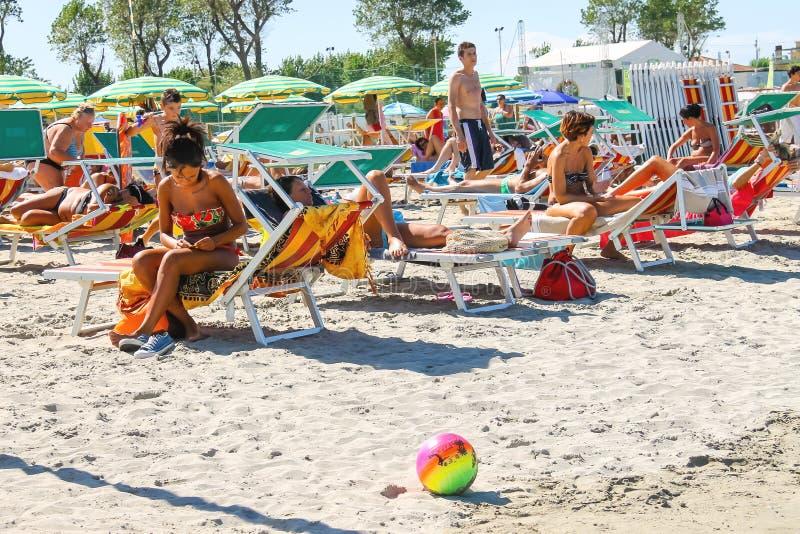 Touristes dans la marina de Bellaria Igea de station touristique, Rimini, Italie image libre de droits