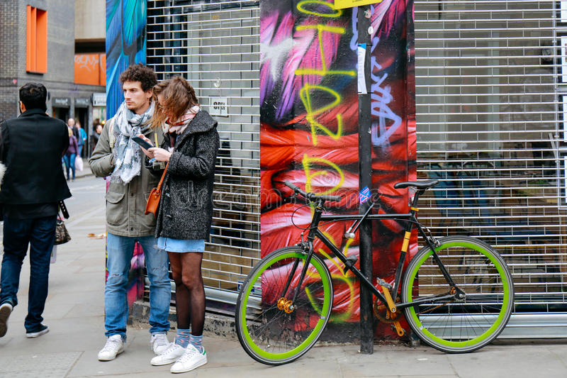 Touristes dans la ruelle de brique photographie stock libre de droits