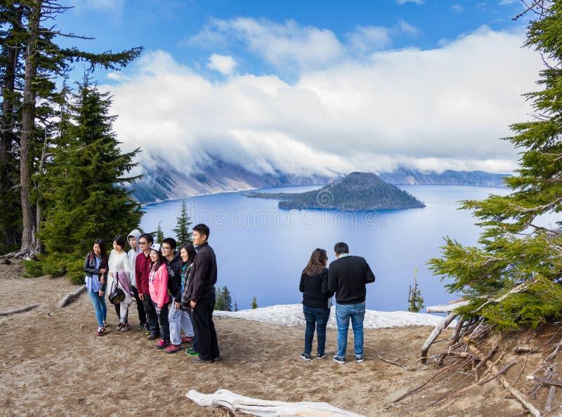 Touristes dans le lac crater photo stock