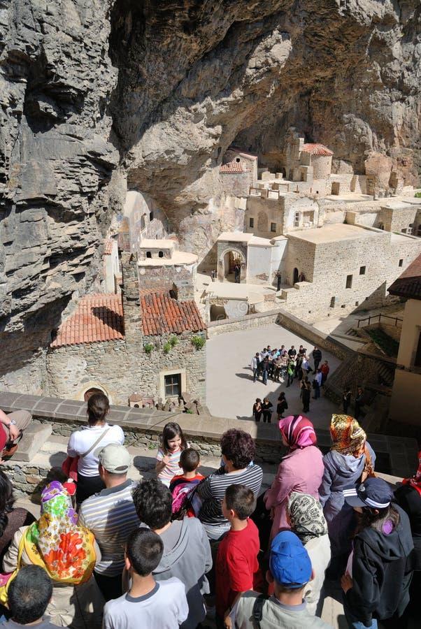 Touristes dans le monastère de Sumela photos libres de droits