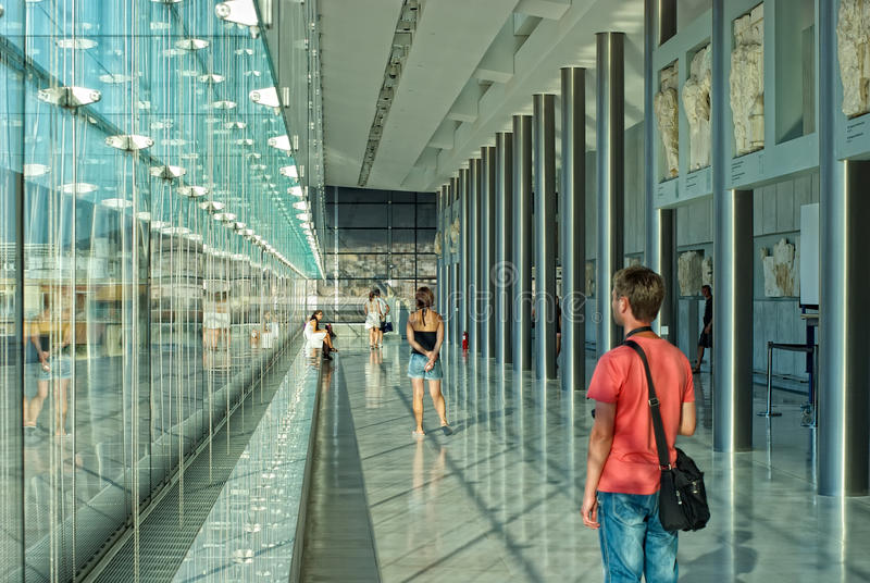 Touristes dans le musée d'Acropole image stock