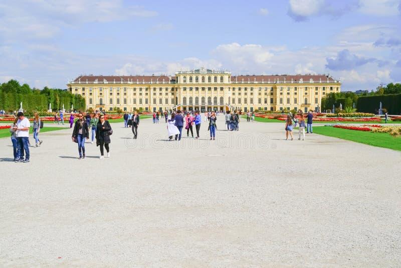 Touristes dans le pala impérial architectural baroque avant de Schonbrunn image libre de droits
