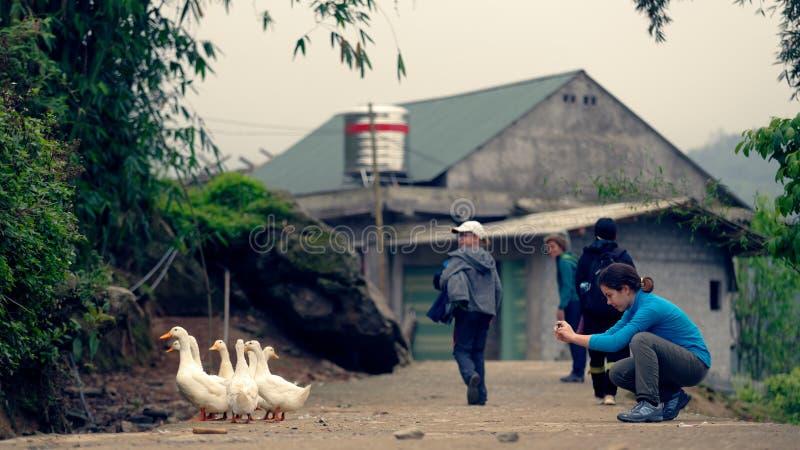 Touristes dans Sapa image stock