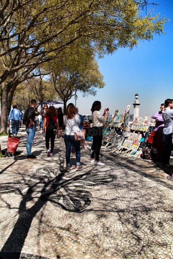 Touristes dans un point de vue à Lisbonne photo libre de droits