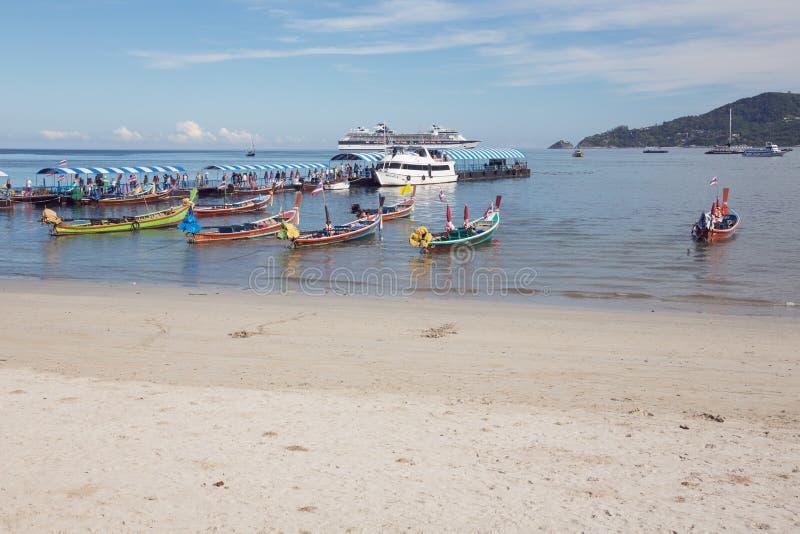 Touristes de bateau de croisière débarquant sur la plage de Patong image libre de droits