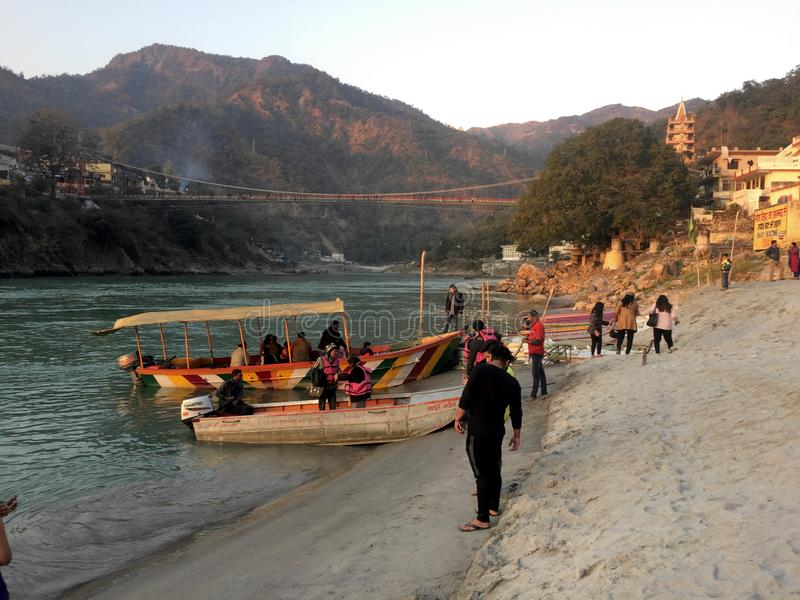 Touristes de ferry de Rishikesh sur la plage photo libre de droits