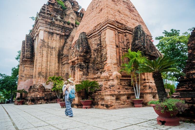 Touristes de fils de mère et d'enfant en bas âge au Vietnam Cham Tovers de PO Nagar Concept de voyage de l'Asie images libres de droits