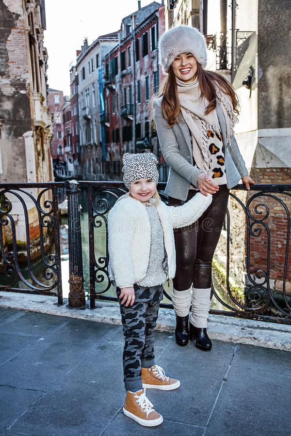 Touristes de mère et de fille à Venise ayant la visite guidée à pied photographie stock libre de droits