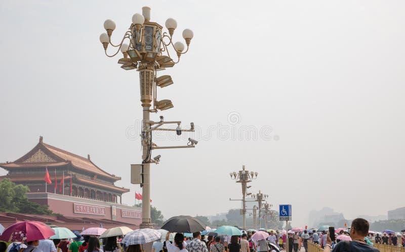 Touristes de masse autour de la tour de porte de Tiananmen dans un jour d'été chaud et brumeux dans Pékin photo libre de droits