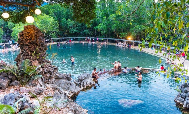 Touristes de personnes à la source thermale de Maquinit à l'île de Busuanga près de la ville de Coron, Palawan images stock