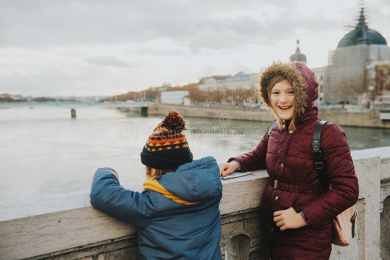 Touristes de petits enfants photo stock
