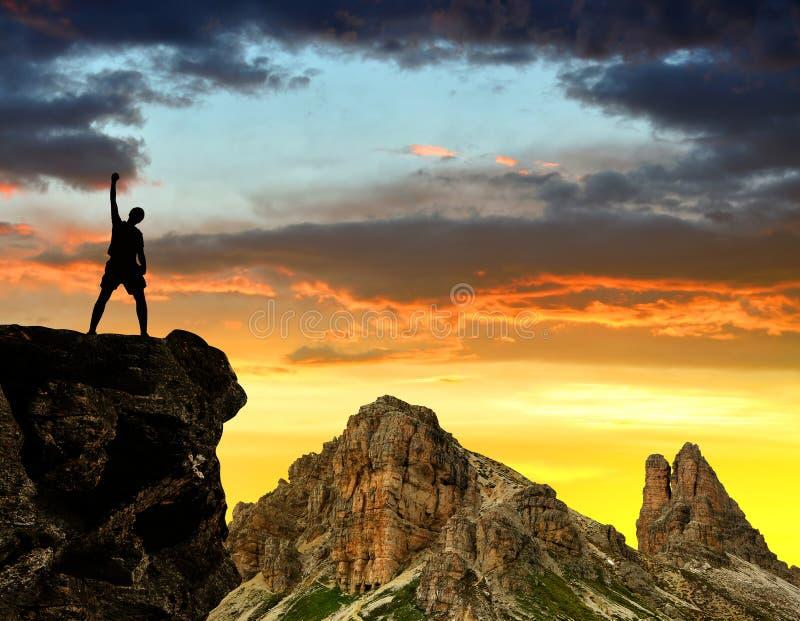 Touristes de silhouette sur une roche photos libres de droits