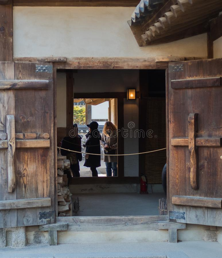 Touristes de village de Namsangol Hanok photo stock