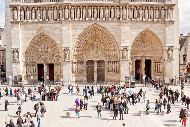 Touristes devant la cathédrale de Notre Dame de Paris photos libres de droits
